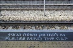 `请介意空白`警报信号在火车站平台边缘 库存照片
