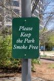请保留公园无烟的标志 免版税库存照片
