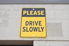 请慢慢地驾驶黄色和黑标志 图库摄影