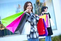 请求五颜六色的俏丽的购物妇女 免版税库存照片
