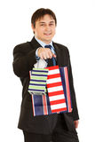 请求产生购物微笑的年轻人的生意人 库存照片