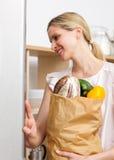 请求副食品藏品微笑的妇女 库存图片