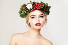 请求圣诞老人妇女 逗人喜爱的表面 构成和花圈 免版税库存照片