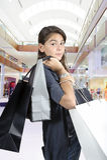 请求女孩购物的青少年的年轻人 库存照片