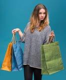 请求愉快的购物妇女年轻人 免版税图库摄影