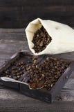 请求用在木背景的咖啡粒和碾碎的咖啡 免版税库存图片