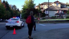 请求的妇女火情况维持治安在警察在阻断交通的住宅邻里街道的小心线之间 股票视频