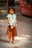 请求看起来哀伤的年轻人的女孩 免版税库存照片