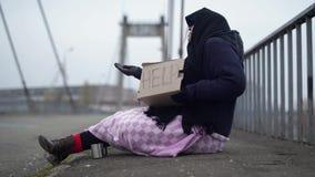 请求老街道妇女 无家可归的叫化子请求帮忙 影视素材