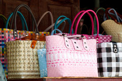 请求被编织的特写镜头五颜六色的塑料购物 免版税库存照片