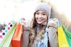请求运载的购物妇女 免版税库存照片