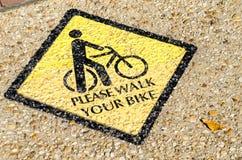 请走边路的表面上绘的您的自行车标志 免版税库存图片