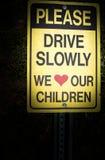 请驾驶我们慢慢地爱我们的儿童标志 免版税图库摄影