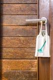 请洁净室在门把手的标志吊 免版税图库摄影