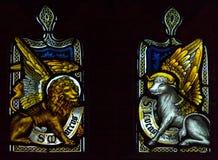 诸圣日教会彩色玻璃圣母堂网眼图案点燃B 库存照片