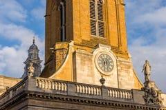 诸圣日教会时钟在北安普顿英国的中心 免版税库存图片