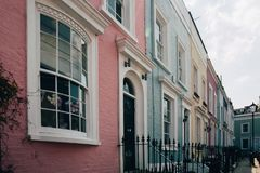 诺丁山,伦敦,英国五颜六色的露台的房子  免版税库存图片