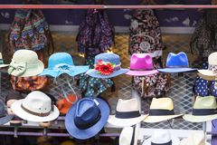 诺丁山,有五颜六色的帽子的街道商店,伦敦,英国 免版税库存照片