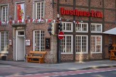 诺伊斯,德国- 2016年8月08日:历史建筑主持一个传统小酒馆 免版税库存图片