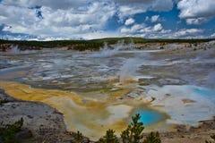 诺哩斯喷泉水池在黄石国家公园 免版税库存图片