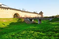 诺夫哥罗德克里姆林宫在Veliky诺夫哥罗德,俄罗斯耸立和在护城河的高架桥 图库摄影