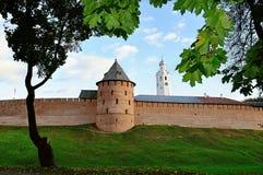 诺夫哥罗德克里姆林宫墙壁在秋天晚上在Veliky诺夫哥罗德,俄罗斯 库存照片