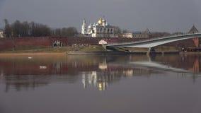 诺夫哥罗德克里姆林宫的墙壁的Volkhov河在一多云4月天 novgorod veliky的俄国 影视素材