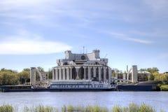 诺夫哥罗德地方戏曲剧院看法Volkhov河的河岸的 免版税库存图片