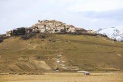 诺尔恰Castelluccio在破坏性地震前的在分 库存照片
