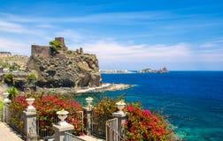 诺曼底人中世纪城堡阿奇卡斯泰洛,卡塔尼亚,西西里岛,南部我 免版税库存照片