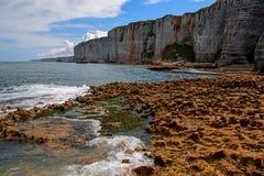 诺曼底石灰石峭壁 免版税图库摄影