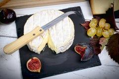 诺曼底软制乳酪用在板岩的无花果 库存照片