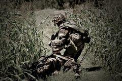 诺曼底,法国, - 2011年5月17日 伪装制服的军团的士兵,横渡凹凸地形 免版税库存图片