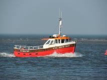 诺福克海洋捕鱼返回到港口的旅行小船 免版税库存图片