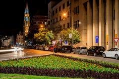 诺维萨德街道在晚上 自由广场Trg的夜视图 与玛丽教会,touris的Slobode 免版税库存照片