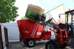 诺维萨德,塞尔维亚, 20 05 2018公平,拖拉机,干草球,食物的搅拌器 免版税图库摄影