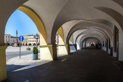 诺维Jicin,捷克 拱廊在老集市广场 免版税库存图片