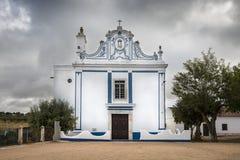 诺萨Senhora在Veiros镇, Estremoz,葡萄牙做周围环境教堂 图库摄影