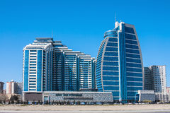 诺贝尔4月04日2017年大道,巴库,阿塞拜疆 透雕细工的商业中心和复合体 免版税库存照片