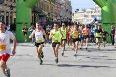 诺维萨德,塞尔维亚- 4月03 :发动赛跑者,参加者在t 库存图片