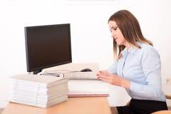读一个文件的妇女在办公室 库存图片