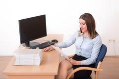 读一个文件的妇女在办公室 免版税库存照片