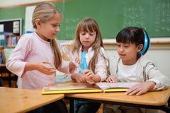 读一个童话的小女小学生 免版税库存照片