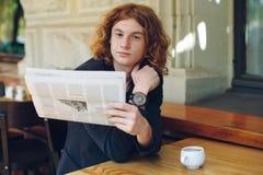 读一张报纸的年轻人早晨 免版税库存图片