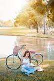 读一本书在公园 秋天和秋天季节 库存图片
