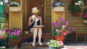 读一本书的年轻女人在晴朗的夏日 股票视频