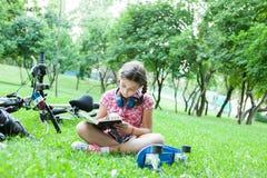 读一本好书的女孩 图库摄影