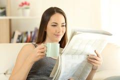 读一newaspaper的妇女早晨 免版税库存照片