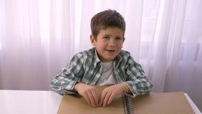 读与符号字体的视觉减弱的小男孩盲人识字系统书盲目的开会的在桌上 股票视频