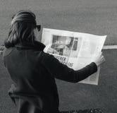 读世界报法语的妇女按安格拉・默克尔竞选毒菌 免版税库存照片